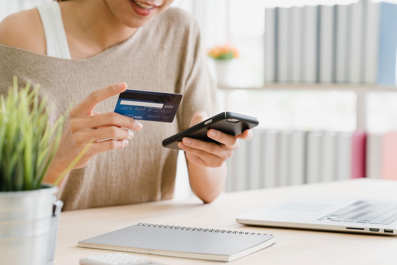 mulher-celular Diferenças entre banco digital e aplicativos de pagamento