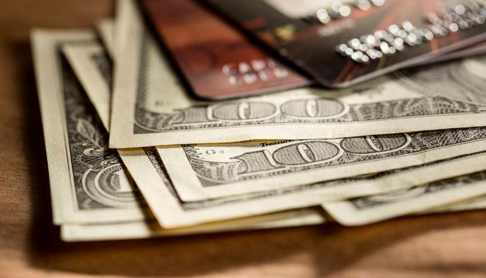 dolar-cartao Quais as taxas que você paga quando faz compras no exterior pelo cartão de crédito?